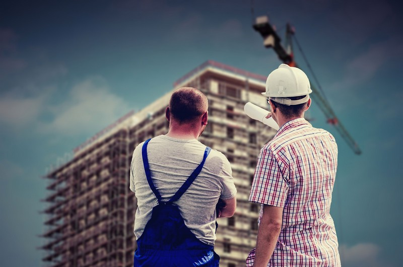inspektor ipracownik budowy konsultują prace nabudowie