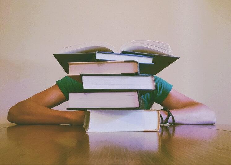 jakie kursy zrobić aby zwiększyć szanse napracę wBHP stos książek