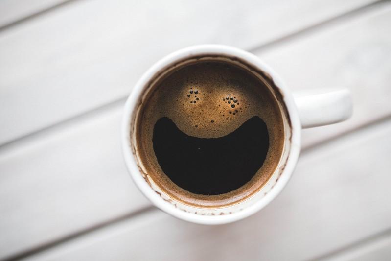 filiżanka kawy, naktórejpianka tworzy uśmiechniętą buzię