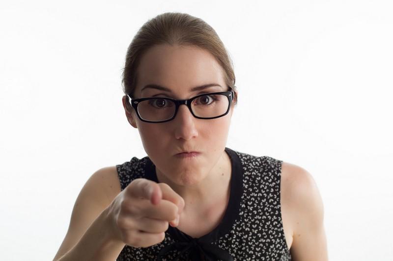 Jak sobie radzić zpracownikami, którzysą roszczeniowymi iwszystko wiedzą lepiej - wściekła kobieta