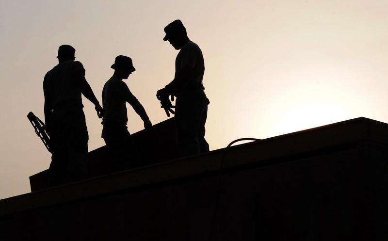 Jak szkolić zBHP pracowników obcojęzycznych - trzech pracowników podczas pracy