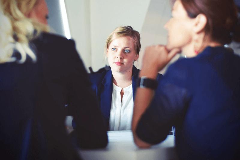 Kandydatka podczas rozmowy kwalifikacyjnej zdwiema rekruterkami