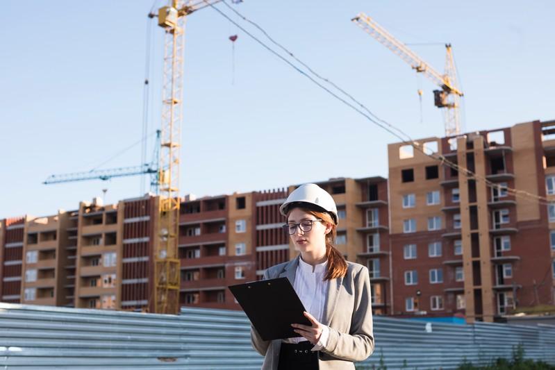 Koordynator BHP – kim jest iczym się zajmuje - kobieta whełmie naplacu budowy
