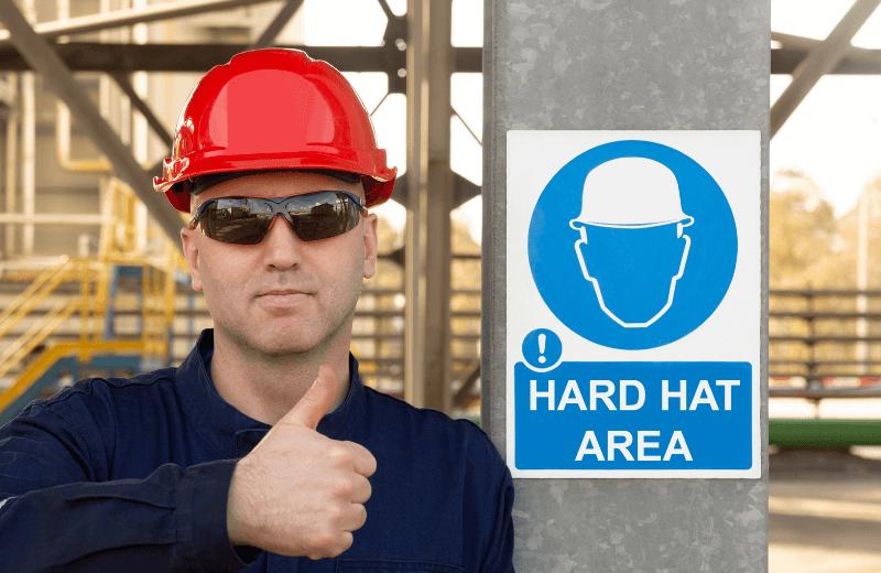 Pracownik służby BHP whełmie ochronnym wpracy zagranicą